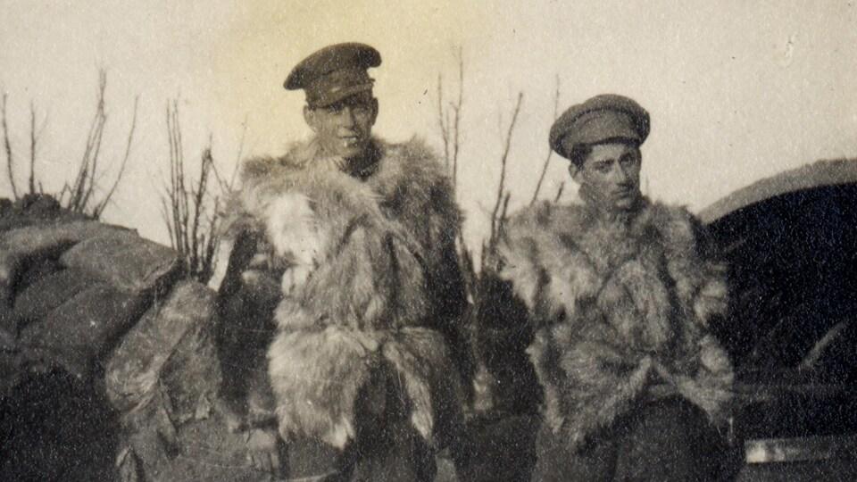 Deux soldats dans les tranchées en Europe