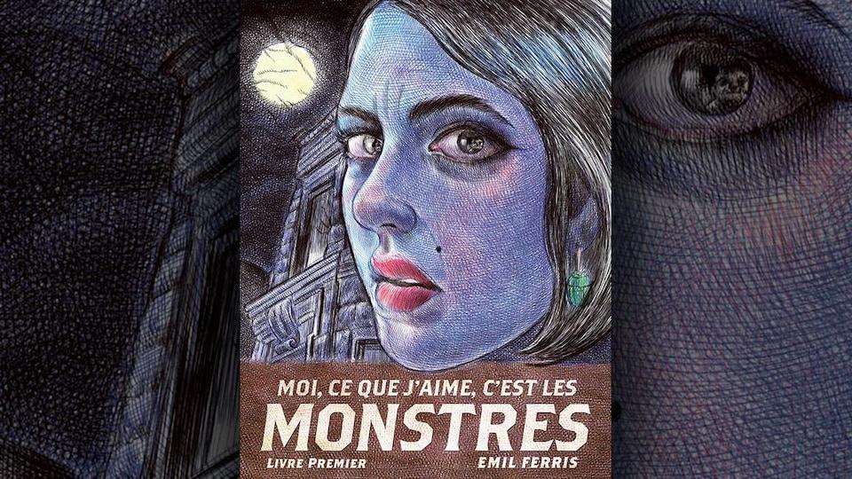 La couverture du livre représente le visage d'une femme à la peau bleutée, de trois quarts, avec des lèvres rouges et une boucle d'oreille verte, et en arrière-plan un bâtiment en pierre ainsi que la pleine lune.