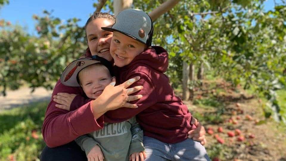 Emilie Arsenault tient dans ses bras ses deux enfants.
