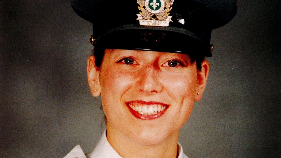 Émilie Désilets porte un uniforme de police et sourit à la caméra.