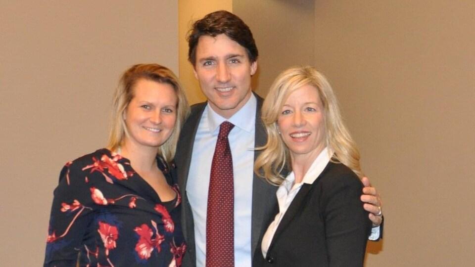 Émilie Sanfaçon et Marie-Hélène Dubé en compagnie du premier ministre Justin Trudeau