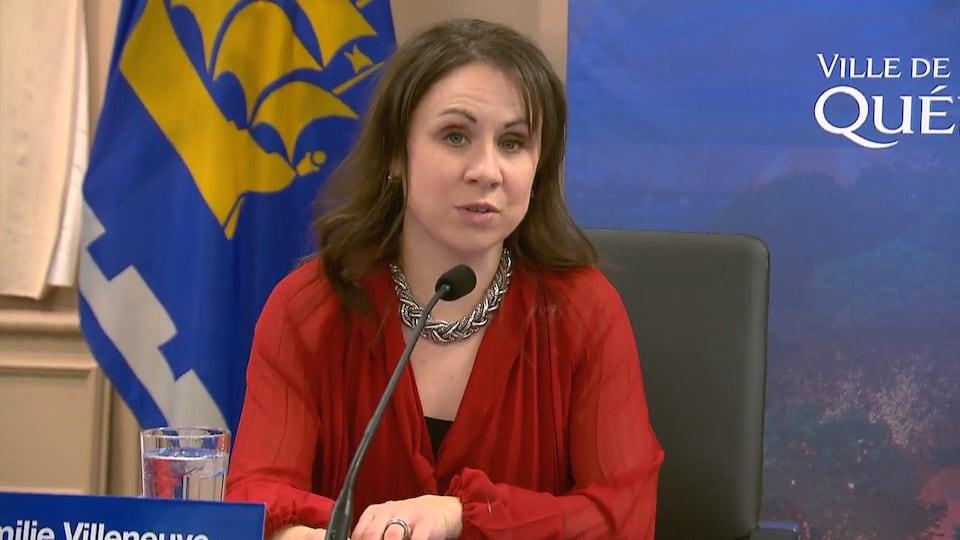 Plan rapproché d'Émilie Villeneuve  lors d'une conférence de presse.