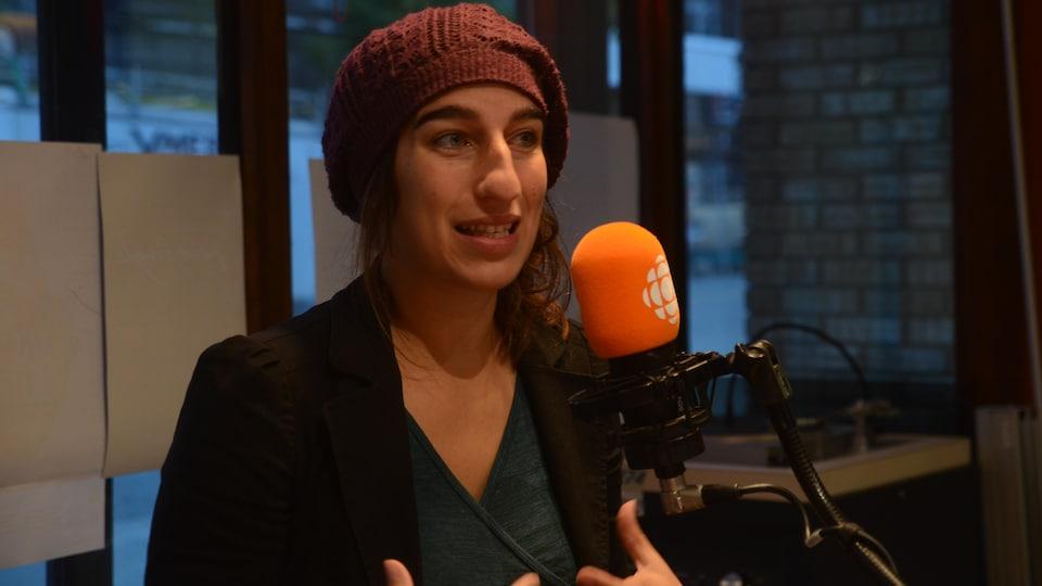 Émilie Lessard-Therrien de Québec Solidaire élue dans la circonscription électorale de Rouyn-Noranda-Témiscamingue, au micro de l'émission Des matins en or.
