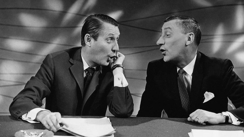 Les animateurs Jacques Normand et Roger Baulu qui se regardent.