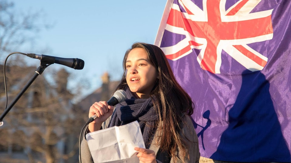 الناشطة الكندية الشابة إيما ليم (17 عاما) تلقي كلمة اليوم أمام الشباب الذي احتشدوا في باحة البرلمان الكندي في العاصمة أوتاوا/الصورة مقدّمة من إيما ليم