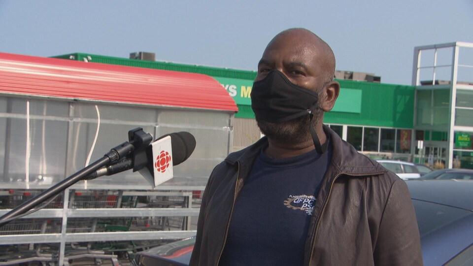 Un résident d'Ottawa commente au micro de Radio-Canada à la sortie d'un commerce.
