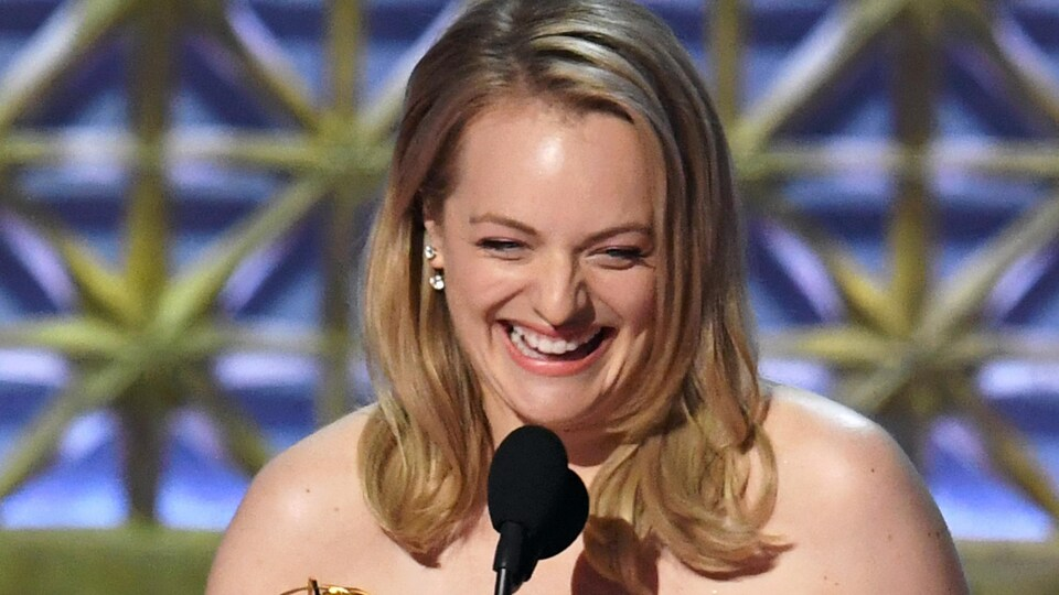 Elisabeth Moss accepte le prix Emmy de la meilleure actrice dans une série dramatique pour «La servante écarlate»