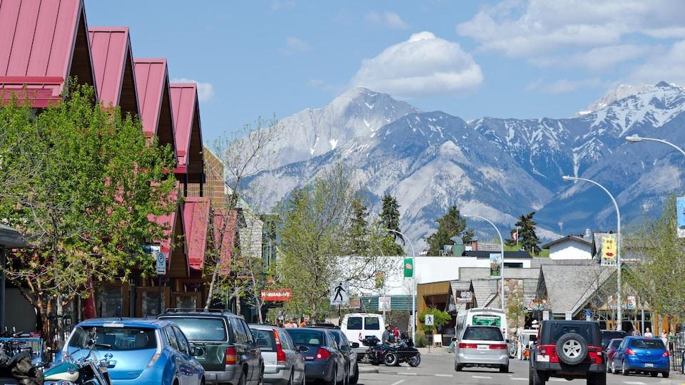 Des voitures circulent dans une rue dans la municipalité de Jasper en Alberta.