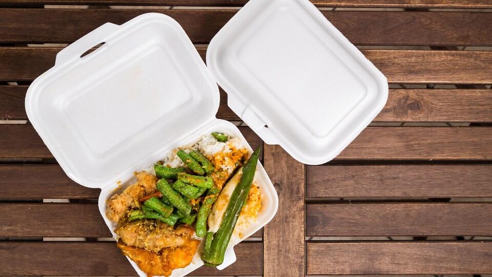 De la nourriture dans des plats pour emporter.