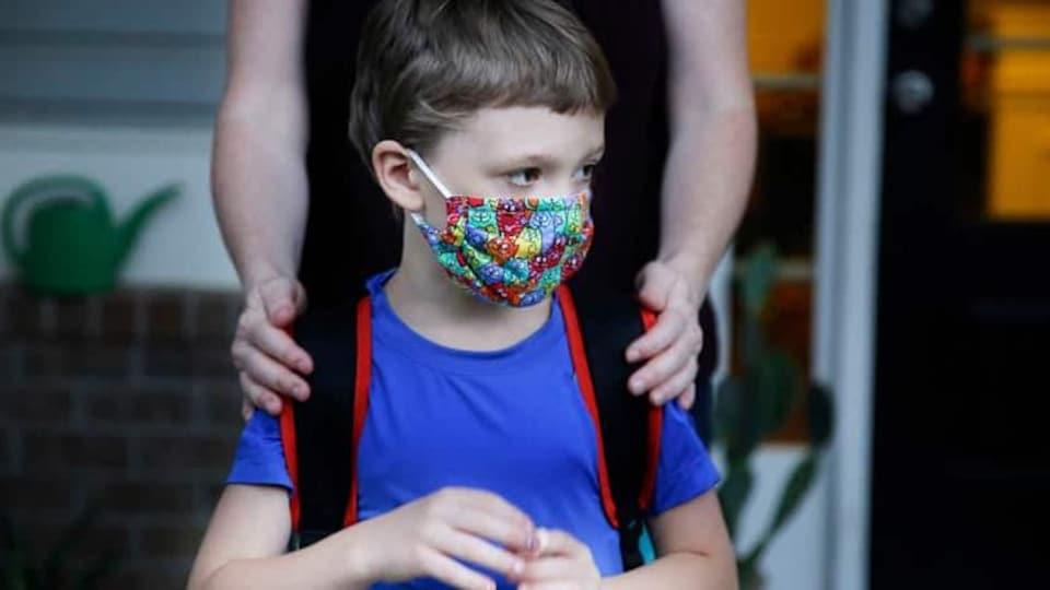 Un enfant porte un masque.