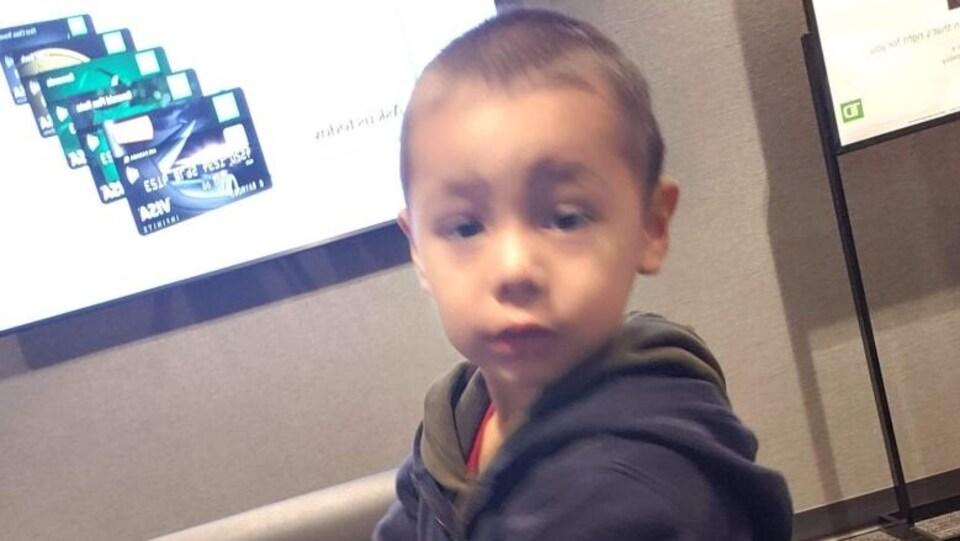 Une photo d'un petit garçon dont le visage est flou.