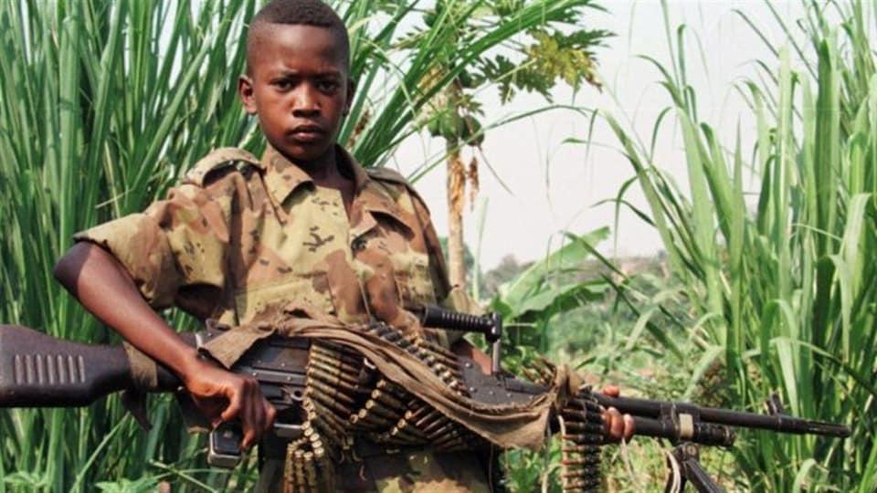 Un enfant soldat en Afrique.