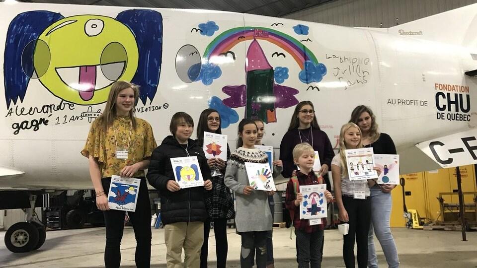 Un concours a permis à des enfants du Centre mère-enfant Soleil de voir leur dessin sur l'avion.