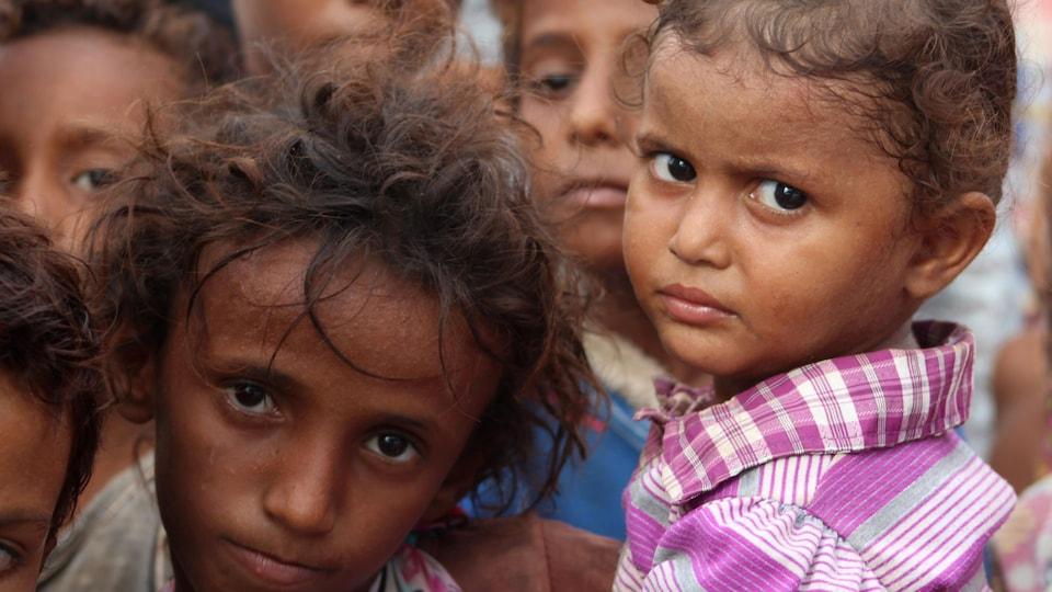 Des enfants au regards malheureux.