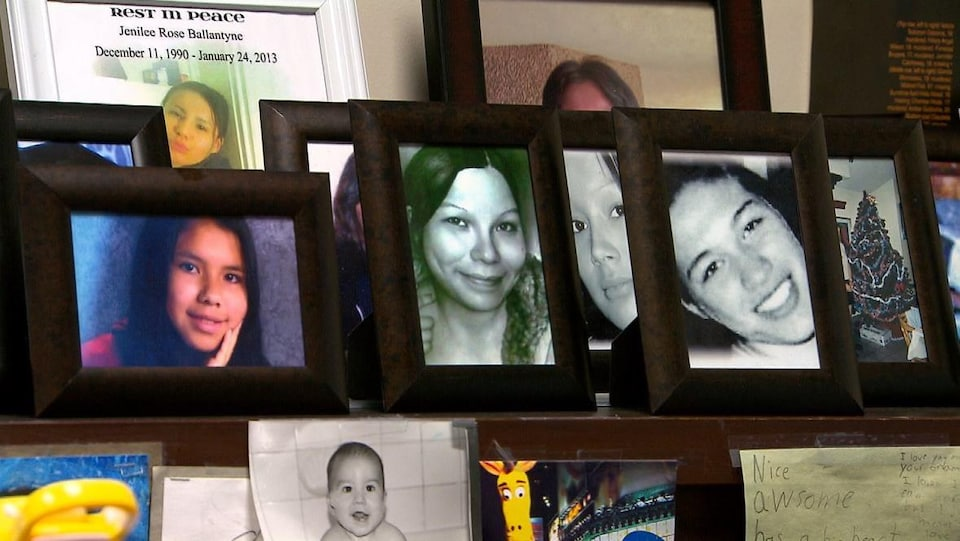Des cadres dans lesquels on peut voir des photos de femmes.