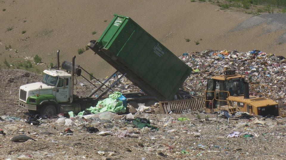 Un camion rempli de déchets se vide au site d'enfouissement de Matane.