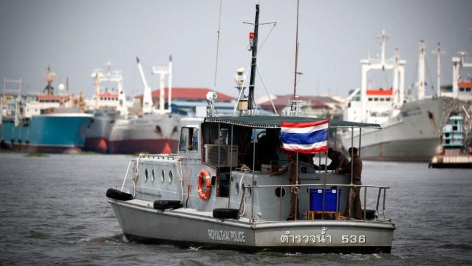 Un navire navigue dans un port.