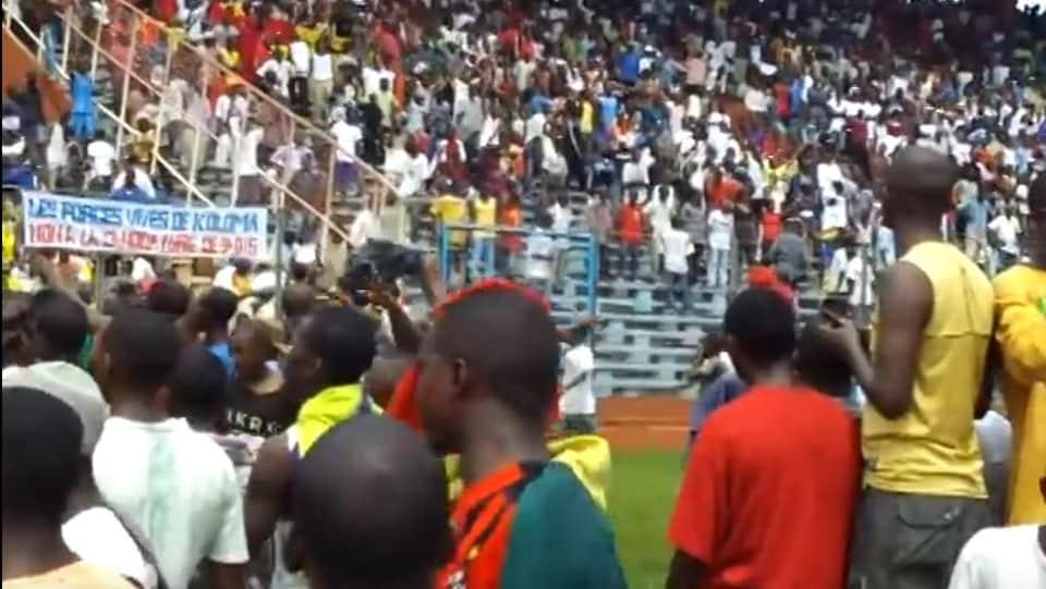 Une foule de manifestants dans un stade.