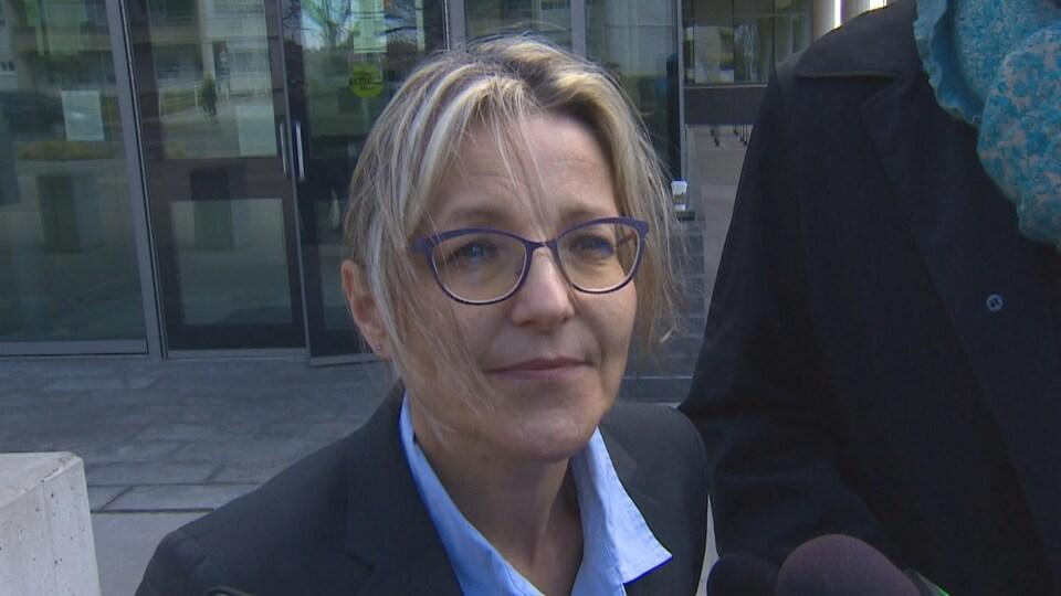 On voit l'avocate du ministère public, Diana Exner, qui a dirigé l'enquête au nom du coroner, le Dr Cameron.