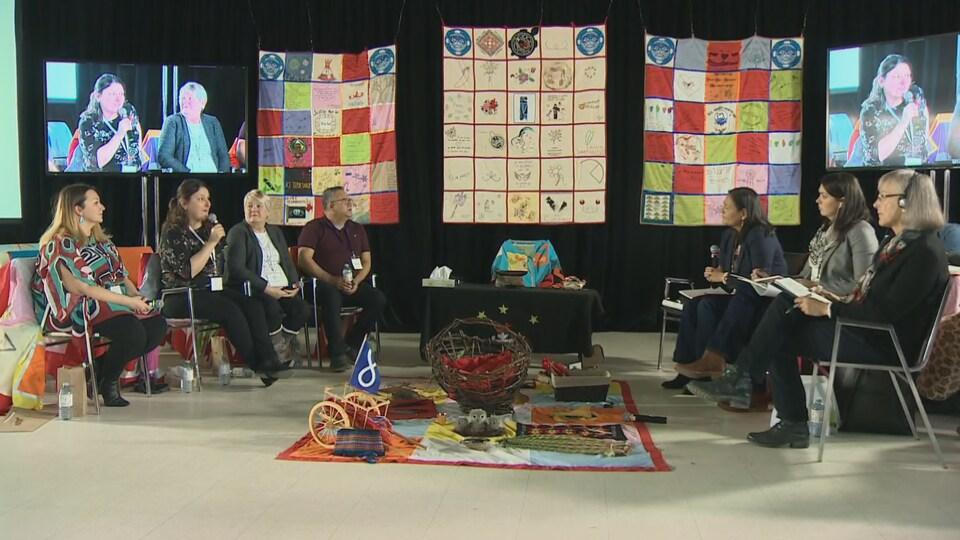 Les trois commissaires sont assis et écoutent les témoignages d'une famille endeuillée.