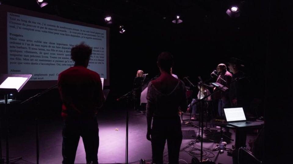 Des comédiens en session d'enregistrement.