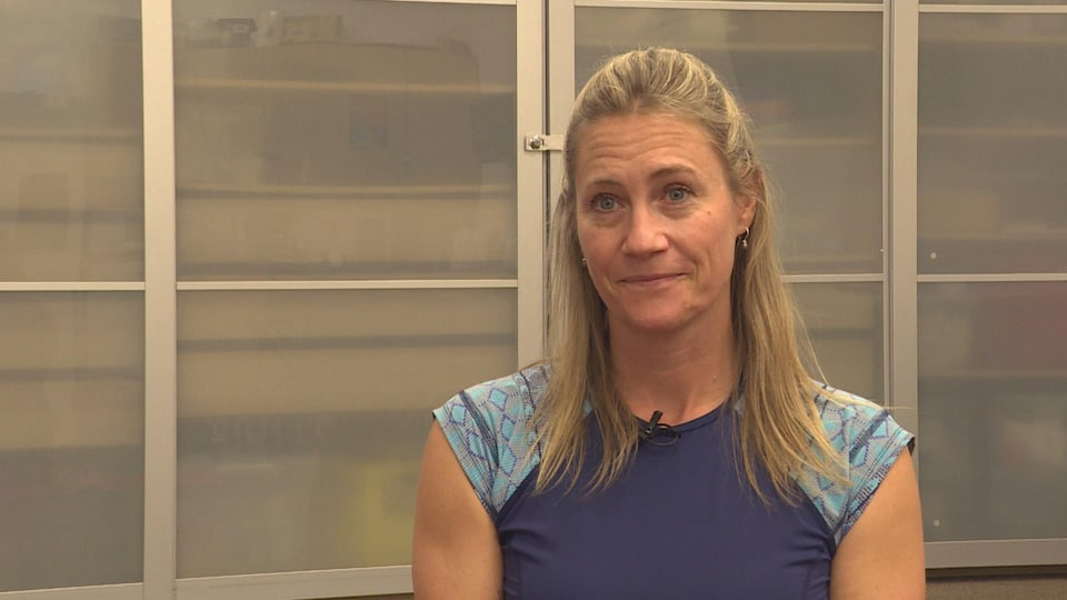 Charlotte Funke-Le Mellédo dans la salle de cours de yoga-bébé à la Cité francophone à Edmonton.