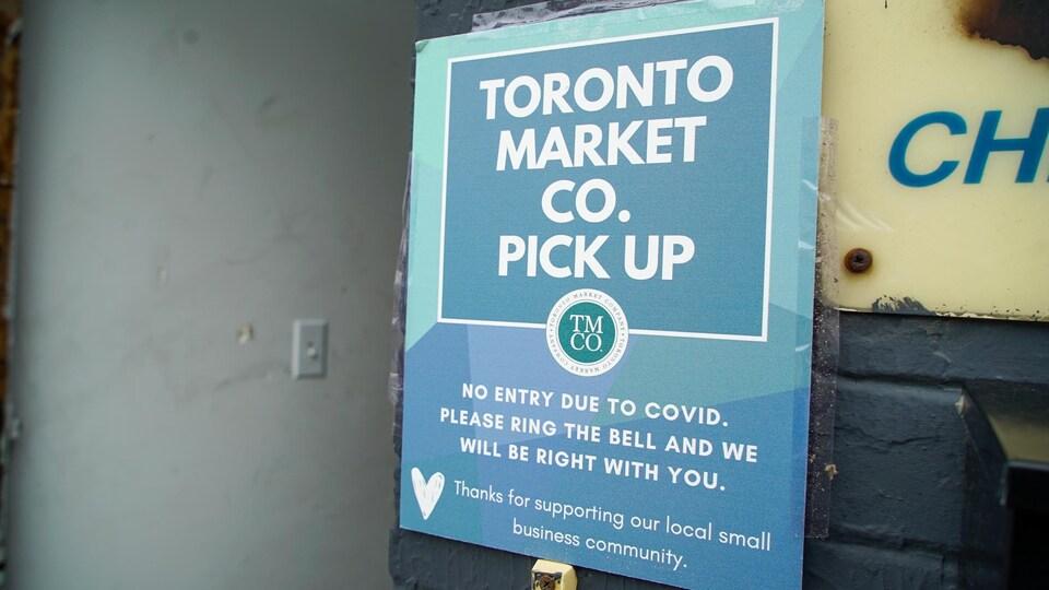 Une enseigne de marché d'artisanat qui précise aux clients qu'ils ne peuvent entrer dans le commerce.