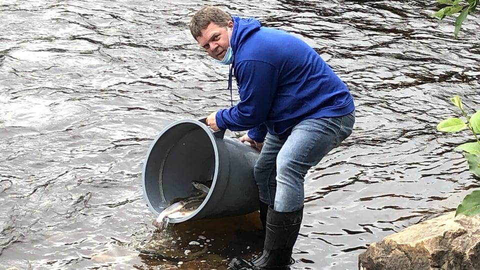 Un homme ensemence une rivière