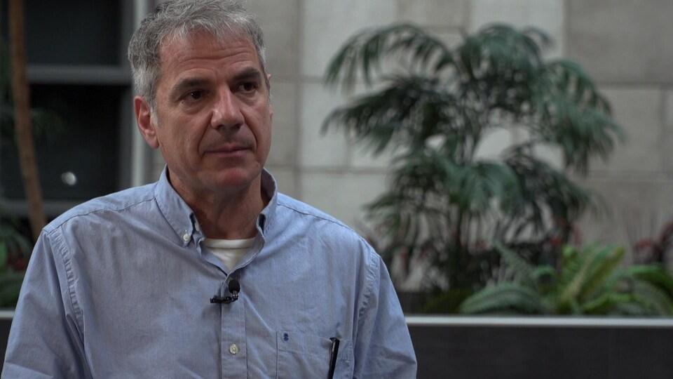 Dr Gary Kobinger en entrevue dans un pavillon de l'Université Laval.