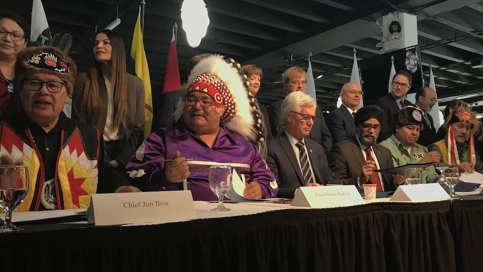 Le ministre de la Défense, Harjit Sajjan, et le ministre des Ressources naturelles, Jim Carr, ainsi qu'une dizaine de chefs autochtones présents lors de l'annonce.