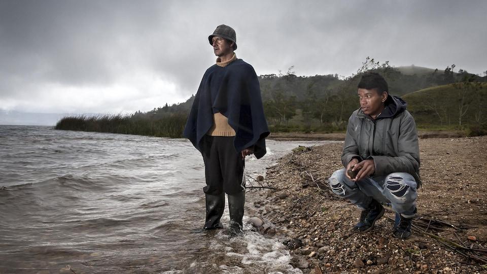 Deux hommes au bord de l'eau.