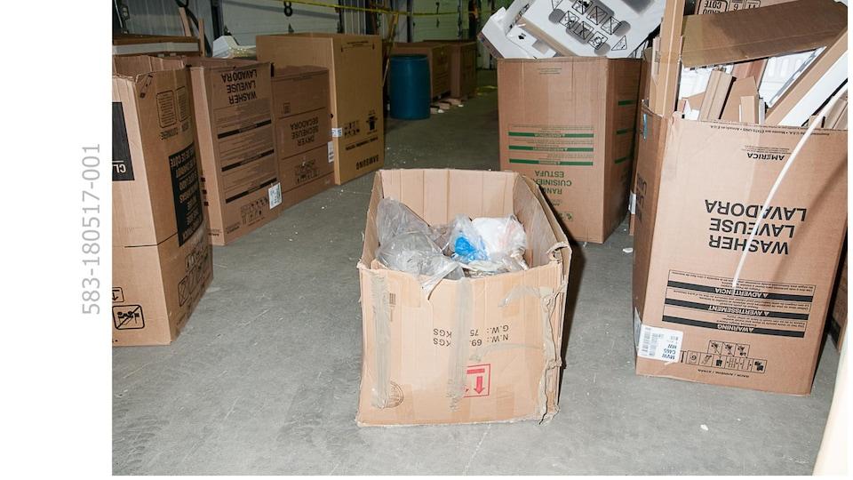 Boîtes en carton dans un entrepôt