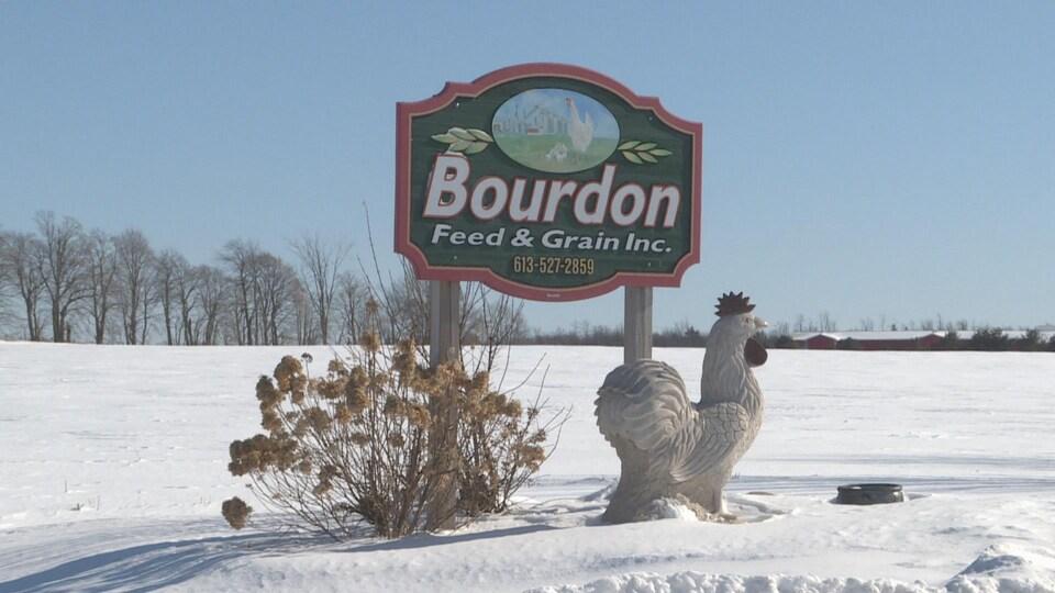 A l'entrée de l'entreprise agricole Bourdon Feed and Grain à Maxville, un panneau avec le nom de l'entreprise.