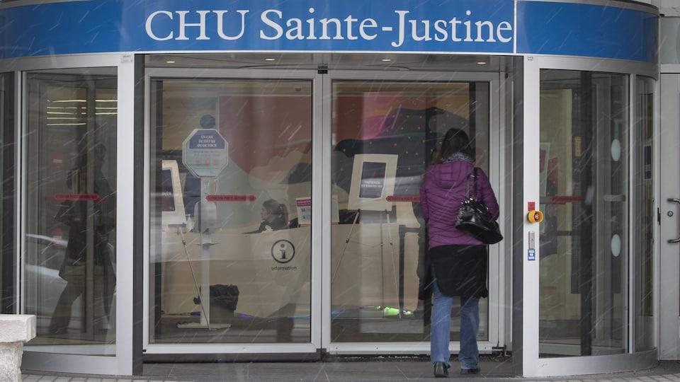 Une femme s'apprête à entrer au CHU Sainte-Justine.