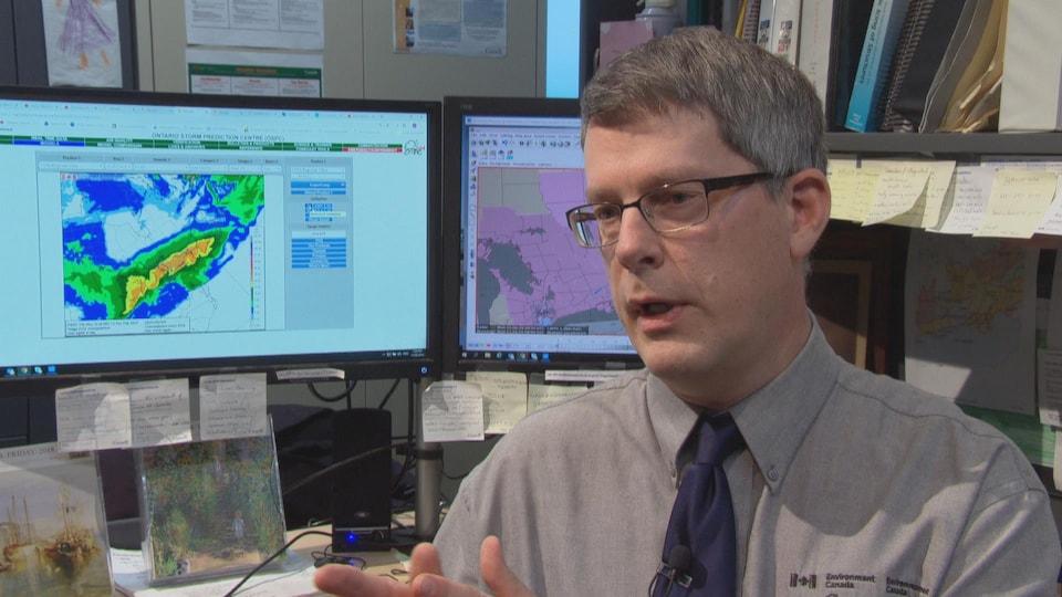 Le météorologue Peter Kimbell en entrevue à Radio-Canada dans son bureau.
