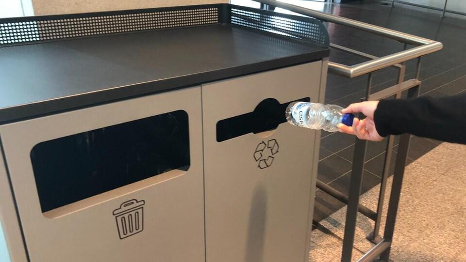 Le geste de recycler sa bouteille d'eau.