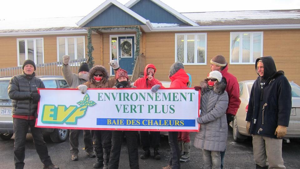 Des militants d'Environnement Vert Plus qui manifestent en Gaspésie, en 2016.