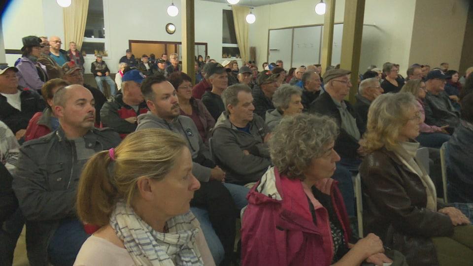 Une centaine de personnes est réunie pour une assemblée publique à Anse-Bleue.