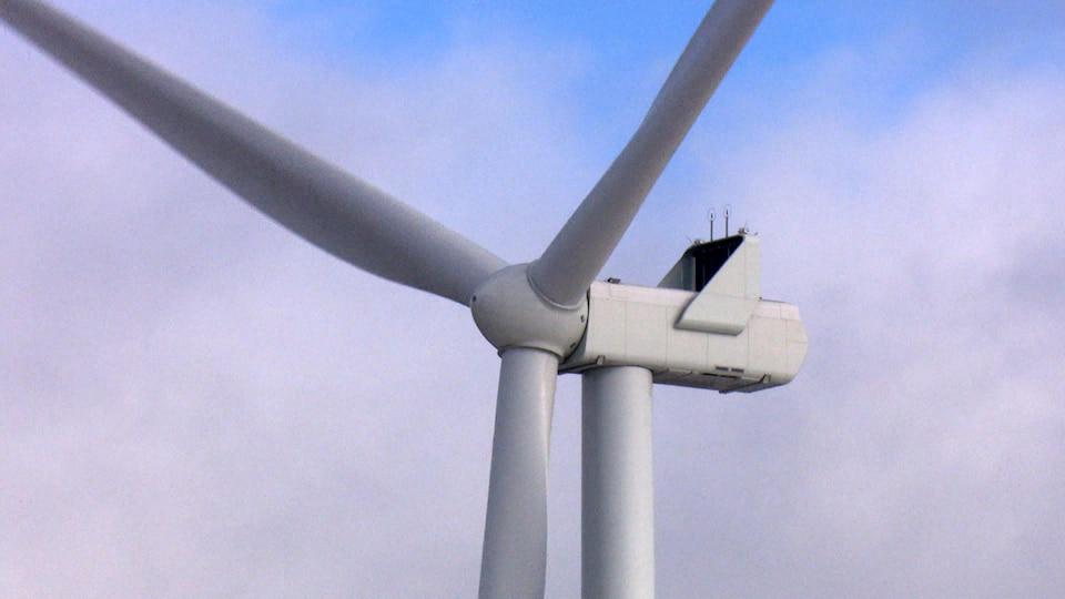 La tête d'une éolienne en mouvement.