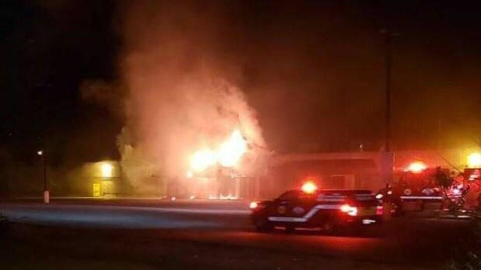 Une photo prise pendant la nuit, lorsque les flammes sortaient du bâtiment.