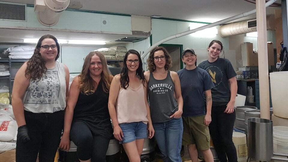6 femmes dans une pièce de la brasserie se tiennent debout côte à côte souriante pour la photo
