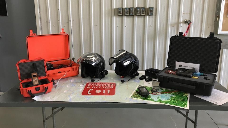 Diverses pièces d'équipement sont dispersées sur une table de présentation.