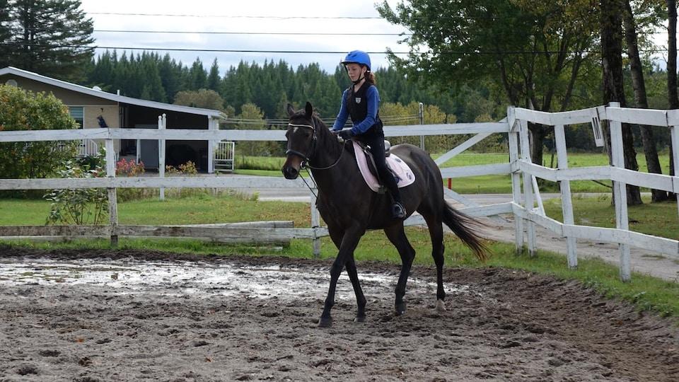 Sarah Mainville sur son cheval