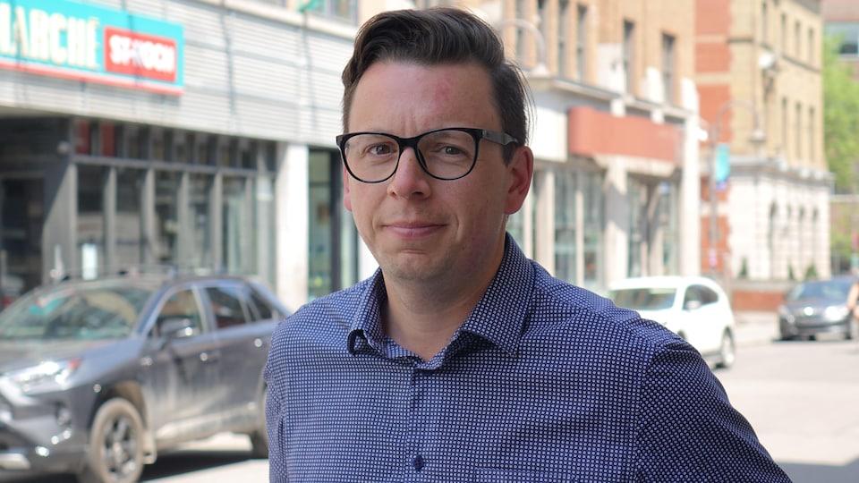 Stéphane Lacasse, directeur des affaires publiques et gouvernementales chez Association des détaillants en alimentation du Québec, en entrevue dans une rue de Québec.