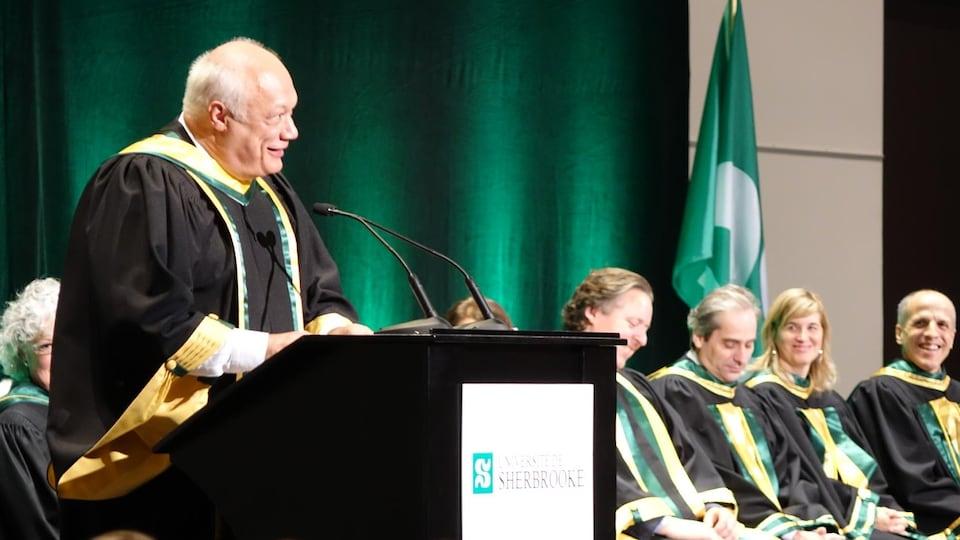 Éric-Emmanuel Schmitt qui s'adresse à la foule lors de la réception de son doctorat honorifique de l'Université de Sherbrooke