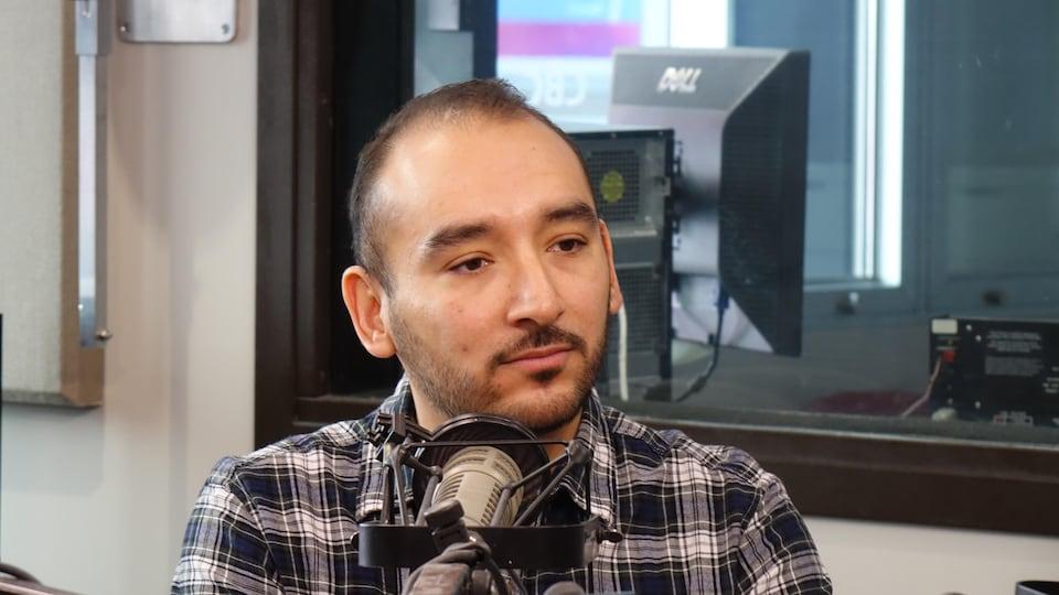 Éric Hernandez-Aragon dans un studio de Radio-Canada