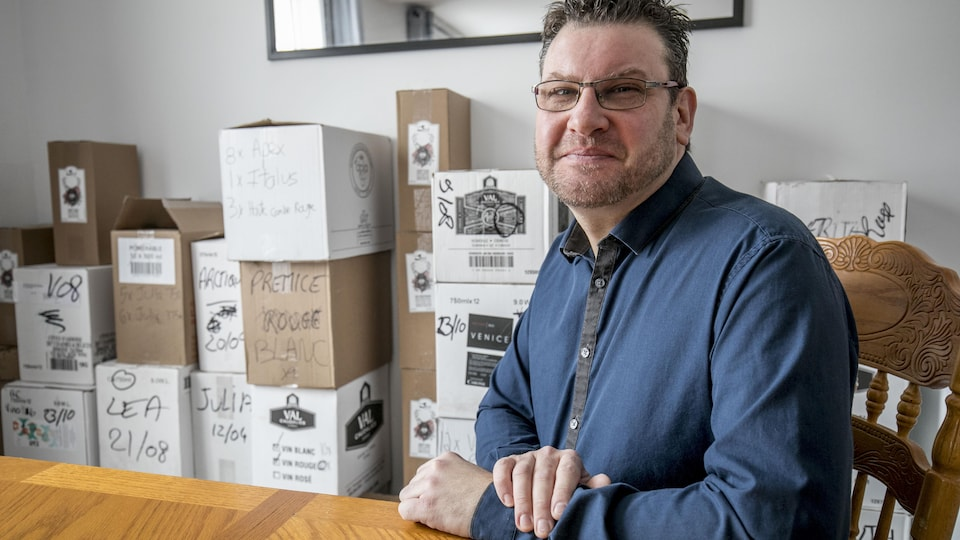 Éric Humberset avec l'inventaire de sa boutique qui a fermé ses portes le 31 décembre.