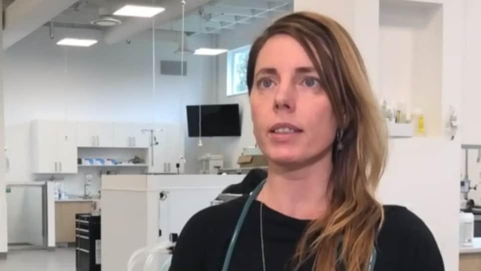 Erinne Branter est interviewée sur son lieu de travail, une clinique vétérinaire.
