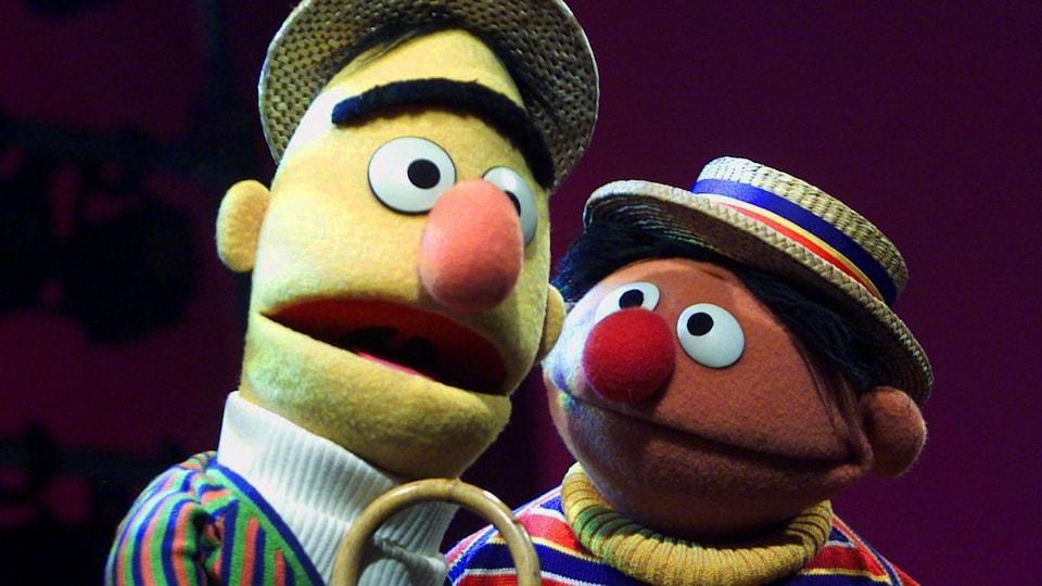 Les marionnettes Bert et Ernie sont en train de chanter.