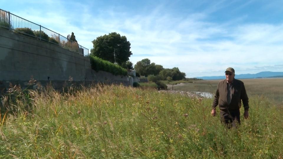 Le mur qui soutient le terrain de la résidence de Guy Thibault s'est brisé l'automne dernier lors des grandes marées.